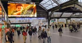 תשדיר השירות של 'נוער למען זכויות האדם' מוקרן בתחנת הרכבת המרכזית בציריך (שוויץ).