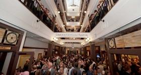 לאחר גזירת הסרט, אלפי סיינטולוגים ואורחים סיירו בגלריה הפתוחה והמרהיבה של הארגון, שמתנשאת לגובה של ארבע קומות.