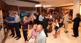 לאחר טקס הפתיחה, אלפים סיירו במרכז המידע לציבור של ארגון הסיינטולוגיה החדש בפסדינה.