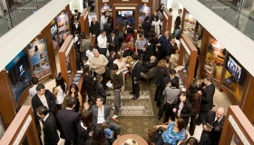 במרכז המידע לציבור של הארגון האידיאלי החדש, אלפים לומדים על האמונות והעיסוק המעשי של דת הסיינטולוגיה, על חייו של המייסד ל.רון האברד, ועל התוכניות ההומניטריות והתוכניות לשיפור חברתי שסיינטולוגיה מממנת.
